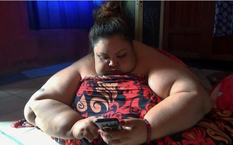 Тити има 350 килограми, може да лежи само на стомак