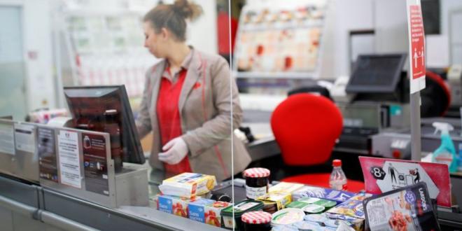Касиерката ја понижи жената која немаше да плати 200 денари, па млада девојка и одржа лекција среде маркет во Скопје