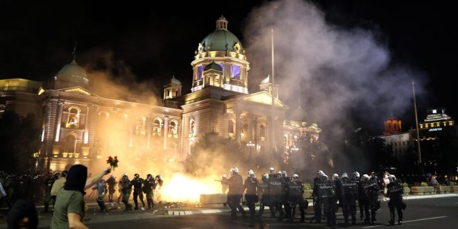 Во Србија е пред најлошото: Вучиќ најави обраќање – граѓаните излегуваат на улица, активирана цела полиција