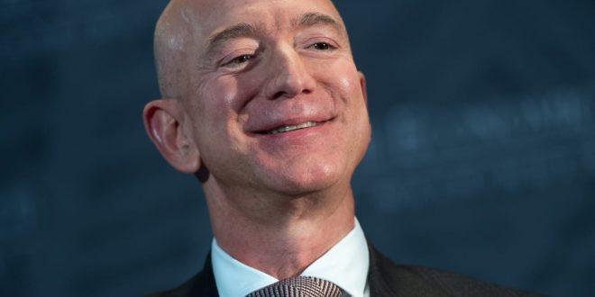 """Писмо од светските политичари до најбогатиот човек на светот: """"Зголемете ги платите и плаќајте повеќе даноци"""""""